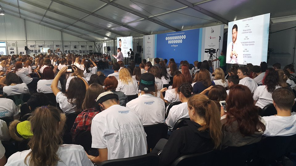 Tim Kirby, American, lectures the participants on the media profession at the international media gathering in Vladimir on 3 August 2015.
